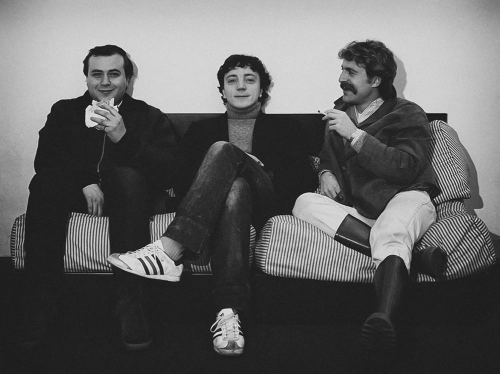 Nino Longobardi, Corrado Teano e Augusto De Luca sul famoso divanetto nella galleria di Lucio Amelio a Napoli