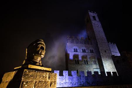 """Castello di Poppi (AR), busto di Dante. """"Qual forza o qual ventura ti travïò sì fuor di Campaldino, che non si seppe mai tua sepultura?"""" (Purgatorio V 91 93) ©Massimo Sestini 2020 all right reserved"""