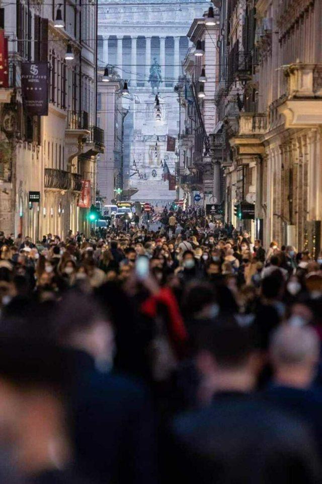 folla a via del Corso a Roma