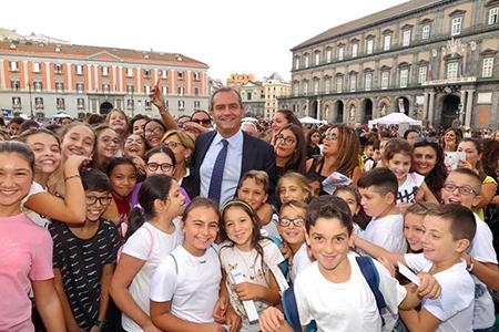 Luigi de Magistris con bambini - ph Velia Cammarano