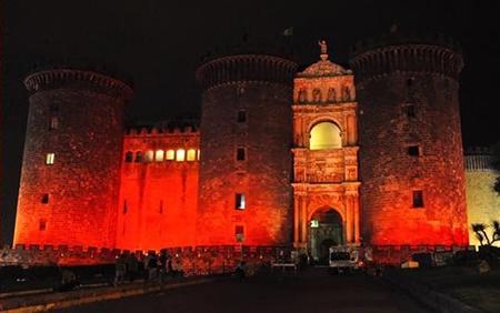 Maschio Angioino illuminato di rosso