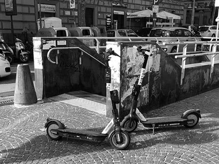 Monopattini in via Bernini a Napoli