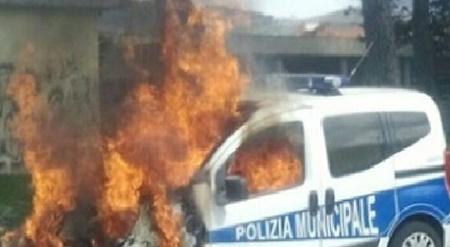 Incendio auto Polizia Municipale ad Acerra (NA)
