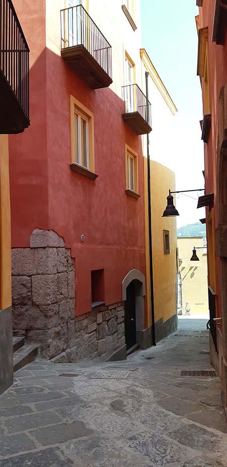 Strada Rione Terra a Napoli