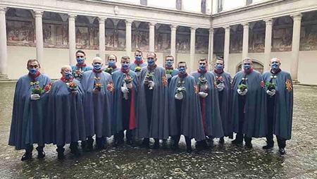 Cavalieri Costantiniani con le primule della vita nel Chiostro adiacente alla Chiesa SS Trinità di Viterbo
