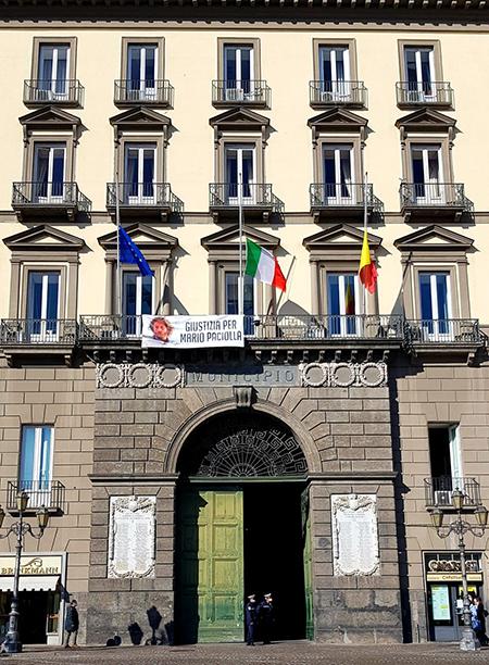 Palazzo San Giacomo a Napoli bandiere a mezz'asta