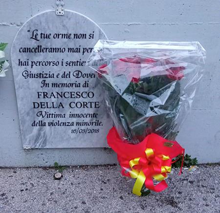 Corona di fiori sulla targa in memoria di Francesco Della Corte