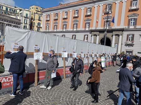 Confesercenti Campania 15 croci in piazza del Plebiscito a Napoli