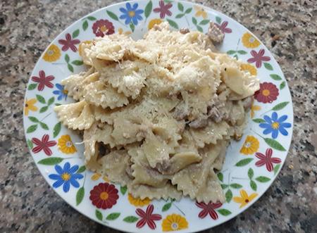 Pasta con salsiccia e crema di noci
