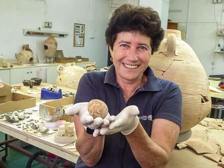 Alla Nagorsky mostra il reperto di uovo di gallina Photo- Gilad Shtern, Israel Antiquities Authority