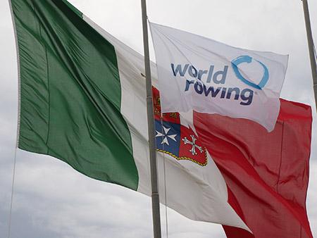 Bandiera World Rowing e jack Marina Militare - ph Marina Militare