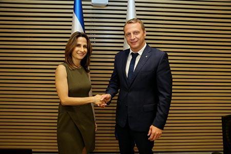 Orit Farkash-Hacohen passa le consegne a Yoel Razvozov - ph Israel Ministry of Tourism