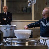 Silvio Orlando e Toni Servillo sul set di Ariaferma in una foto di scena di Gianni Fiorito