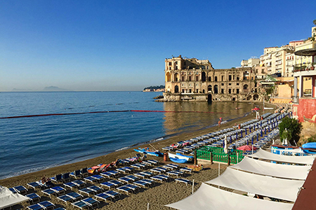 Balneazione Donn'Anna a Napoli