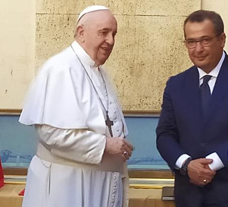 Papa Francesco e Ugo de Flaviis con il Bastone di San Giuseppe