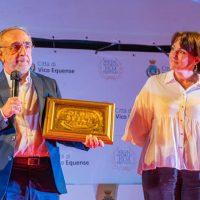 Silvio Orlando con il Premio alla Carriera ricevuto al Social World Film Festival - foto Social World Film Festival