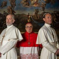 Silvio Orlando con John Malkovich e Jude Law sul set di 'The new Pope' foto di Gianni Fiorito