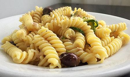 Insalata di pasta fredda con crema di zucchine e pesto